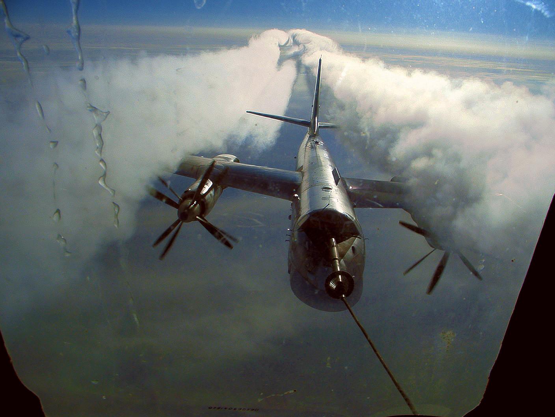 Заправка самолёта ТУ-95 в воздухе